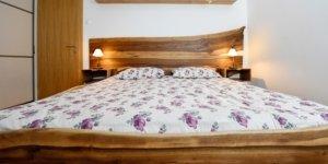 Naravna spalnica oblečena v les